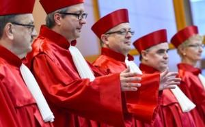 © dpa Auch Roben sind nicht billig: Der Zweite Senat des Bundesverfassungsgerichts am Mittwoch in Karlsruhe