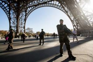 Soldaten vor dem Eiffelturm. (Foto: Bloomberg)